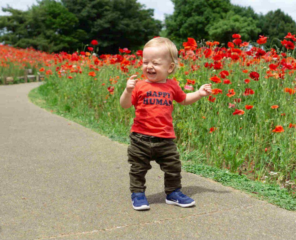lachend kind lopen baby